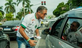 Presidentes do Manaus FC vendem rifas no sinal para arrecadar recursos