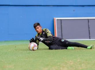 Aos 16 anos, joia da base do MANAUSFC treina entre os goleiros profissionais