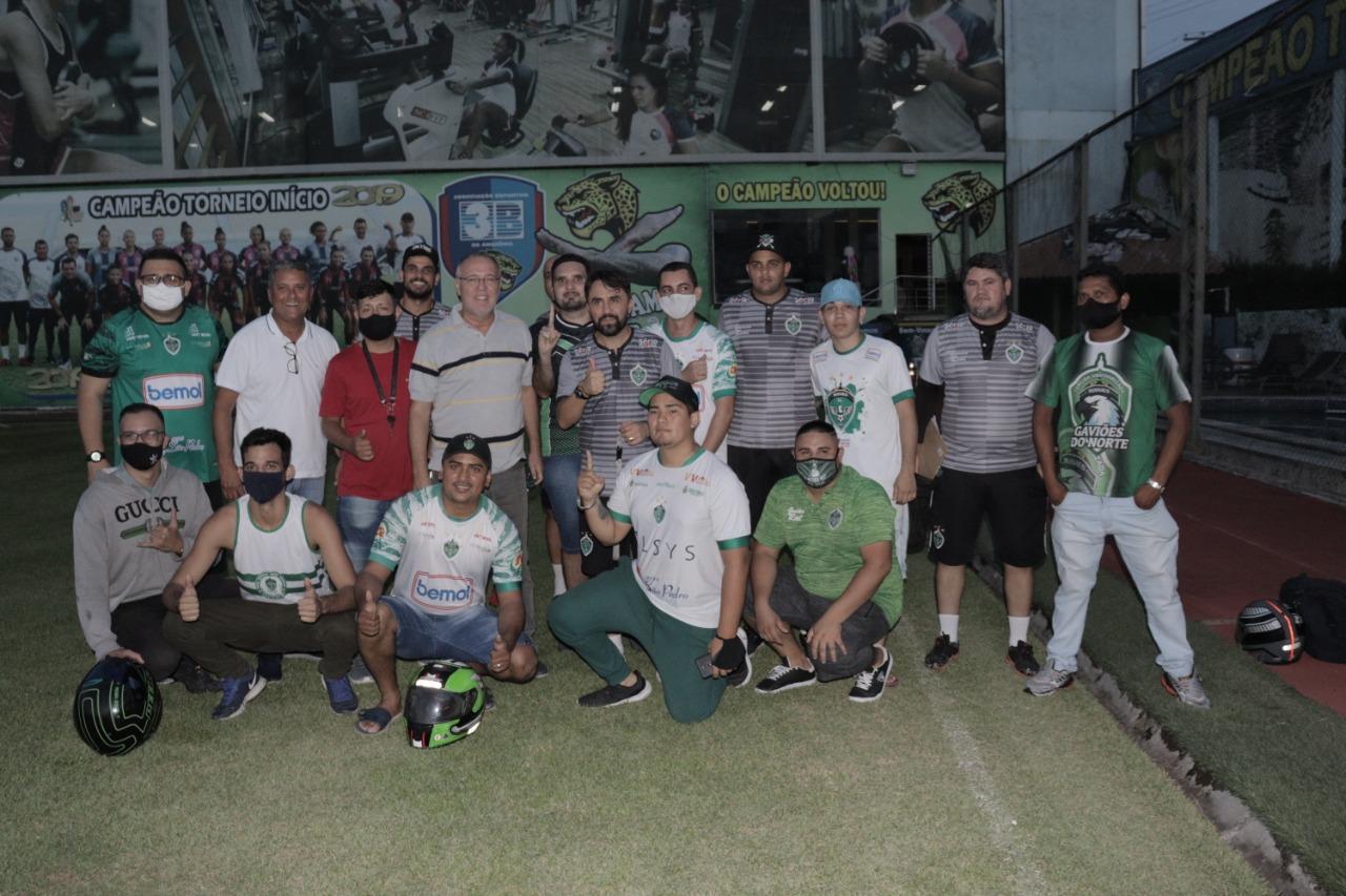 Organizadas do MANAUSFC são recebidas em treino para conversar com dirigentes e o técnico do clube